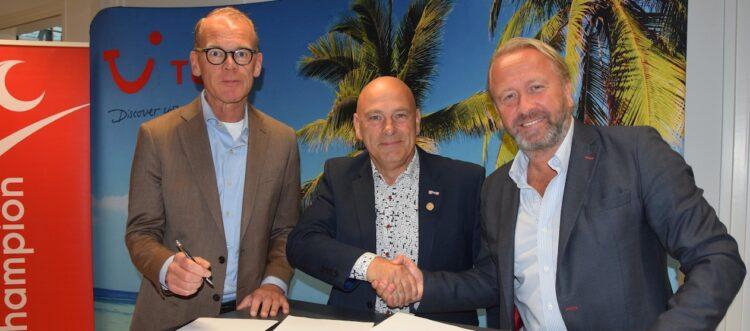 Ron van der Jagt, algemeen directeur Le Champion, Ruud van der Velde, voorzitter Le Champion en Arjan Kers, General Manager TUI Nederland