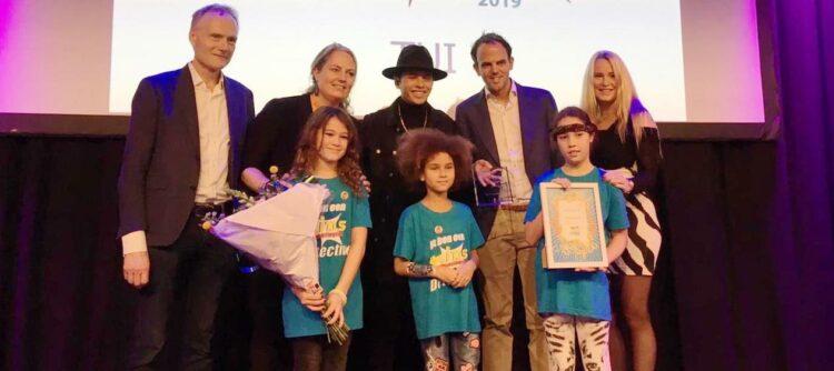 Foto: de vakjury van de Kids Vakantieaanbieder Awards 2019 samen met zanger Vinchenzo, Rens Dietz en een aantal Kids Vakantiegids Detectives.