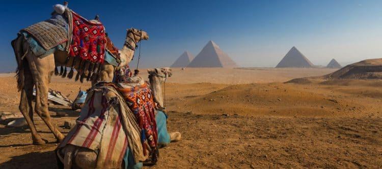 In Egypte zijn in de buurt van de piramedes van Gizeh, vlakbij Caïro, minstens twee doden gevalen door een aanslag op een toeristenbus.
