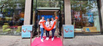 Het team van de experience store in Utrecht verwelkomt de klanten met de bekende TUI smile.