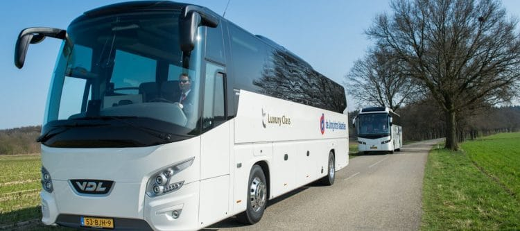 De Jong Intra neemt acht nieuwe touringscars in gebruik