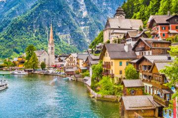 Schilderachtige foto-ansichtkaartweergave van het beroemde bergdorp Hallstatt met het Hallstaettermeer in de Oostenrijkse Alpen, regio Salzkammergut, Oostenrijk