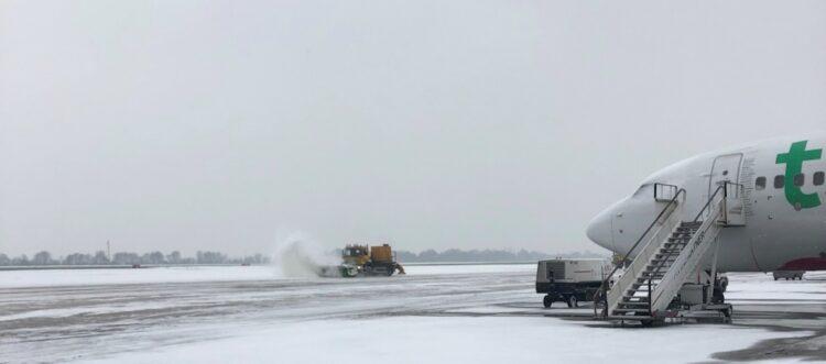 De start- en landingsbaan op Rotterdam the Hague Airport wordt sneeuwvrij gemaakt.