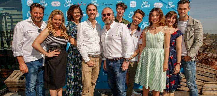 Arjen Kers (General Manager TUI Nederland) te midden van de cast van de film 'Verliefd op Cuba'.