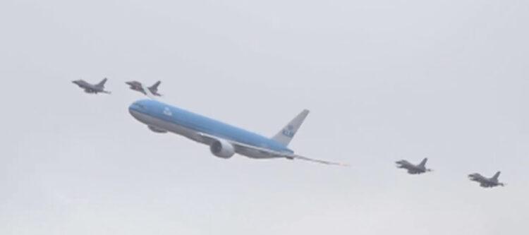 Video - KLM-toestel onder begeleiding van vier F-16's boven Amsterdam