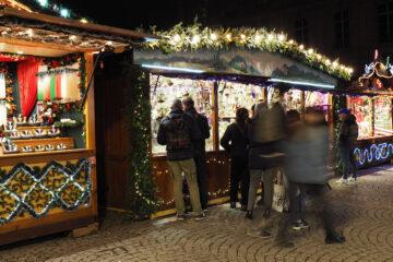 In de Franse stad Straatsburg zijn zeker twee doden en elf gewonden gevallen, dat heeftFranse minister van Binnenlandse Zaken Christophe Castaner gezegd. De dader is nog op de vlucht, het centrum van de stad is afgesloten. De schietpartij vond plaats rond 20.00 uur in de Rue des Grandes-Arcades bij een kerstmarkt.